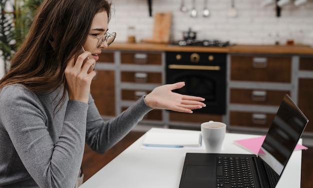 Zła Kobieta O Biznesowej Rozmowie Wideo Premium Zdjęcia