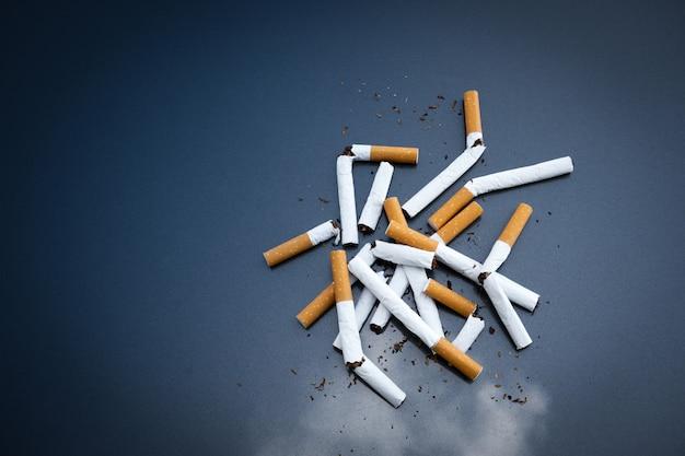 Złamane Papierosy Nikotyny W Ciemności Premium Zdjęcia