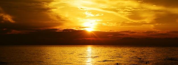 Złocisty Zmierzchu światło Na Oceanie. Premium Zdjęcia