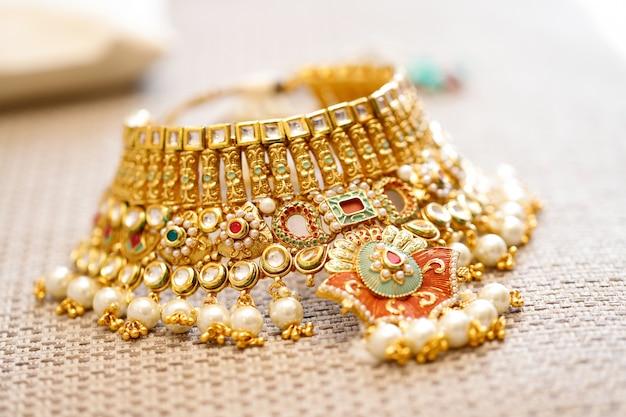 Złota Biżuteria W Pudełku, Naszyjnik Premium Zdjęcia