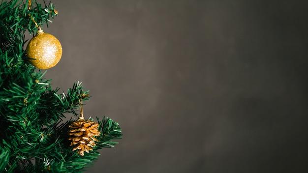 Złota Boże Narodzenie Piłka I Sosna Konusujemy Na Drzewie Darmowe Zdjęcia