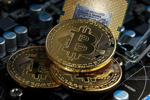 Złota kryptowaluta bitcoin na cpu komputera z płytką drukowaną. makro strzał. Premium Zdjęcia
