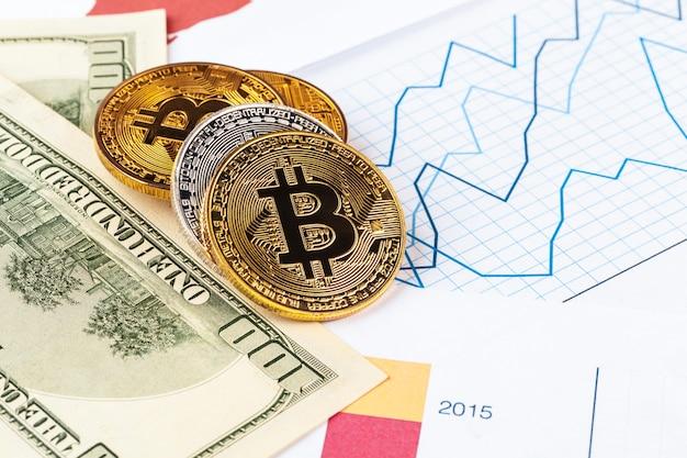 Złota moneta bitcoin i dolary amerykańskie Premium Zdjęcia