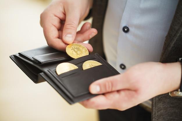 Złota moneta bitcoin w portfelu. koncepcja kryptowaluty Premium Zdjęcia