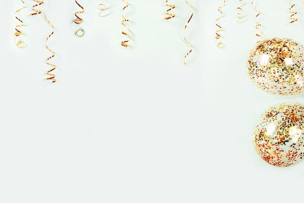 Złota Ozdoba Serpentyn Wakacje I Balony Z Kolorowymi Konfetti Na Jasnym Tle Premium Zdjęcia