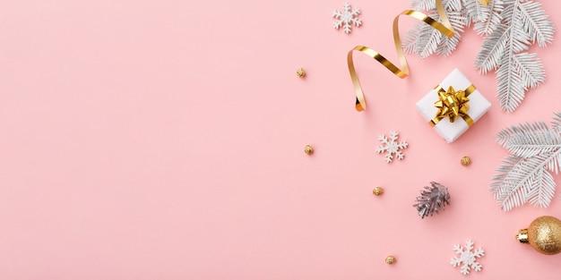 Złota Ozdoba świąteczna Na Różowym Tle Z Miejsca Na Kopię Premium Zdjęcia
