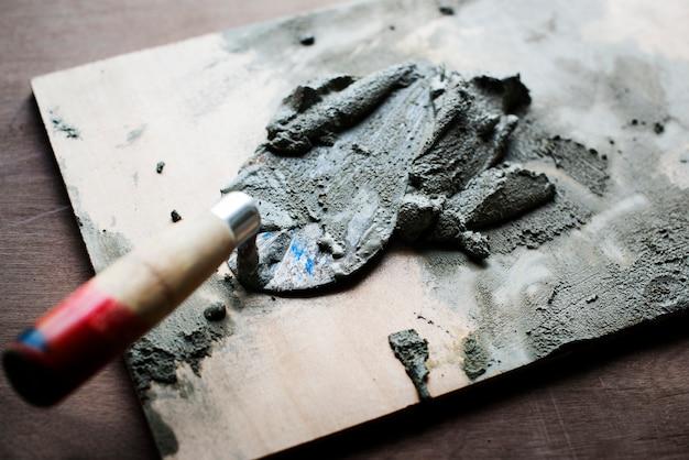 Złota rączka przygotowywa cementowego use dla budowy Darmowe Zdjęcia