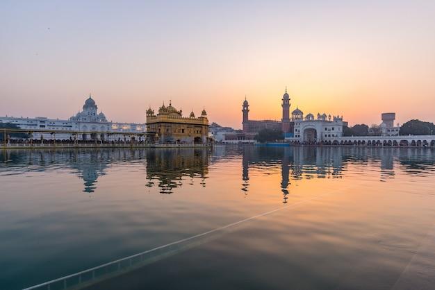 Złota świątynia w amritsar, pendżab, indie, najświętsza ikona i miejsce kultu religii sikhów. Premium Zdjęcia