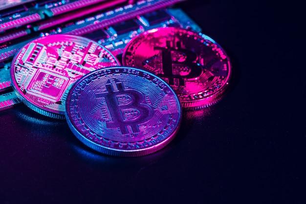 Złote bitcoiny i chip komputerowy Premium Zdjęcia