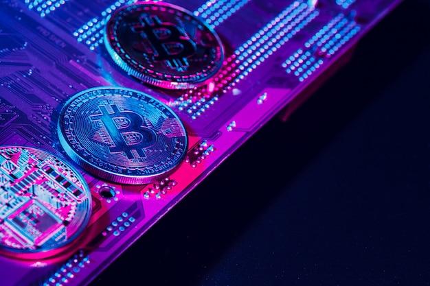 Złote Bitcoiny I Układ Komputerowy Premium Zdjęcia