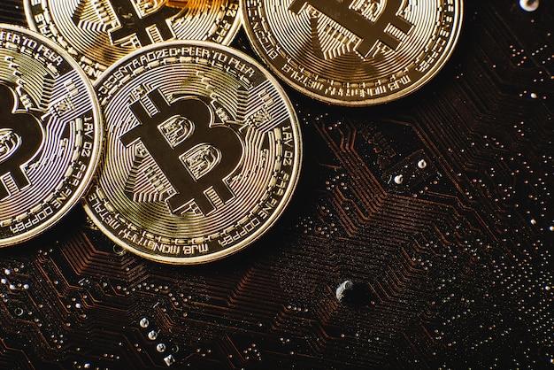 Złote Bitcoiny Na Płycie Głównej Premium Zdjęcia