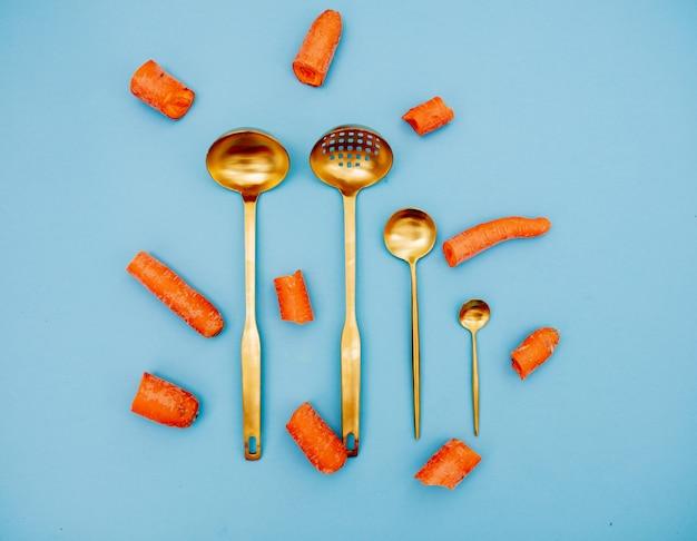 Złote łyżki I Kadzi Z Marchewką Premium Zdjęcia