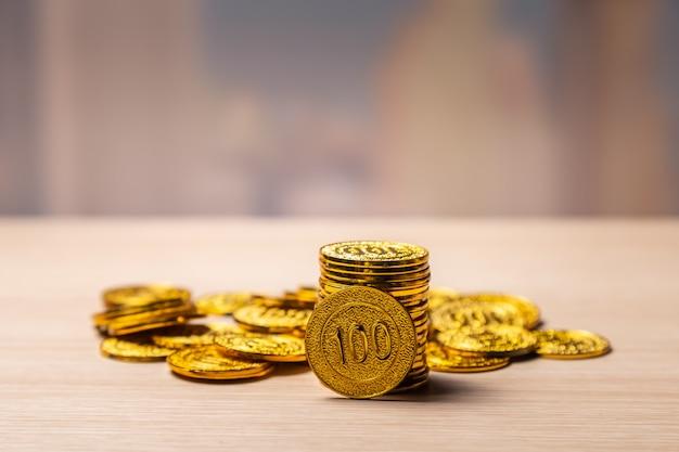 Złote Monety Brogują Tło Z Kopii Przestrzenią Premium Zdjęcia