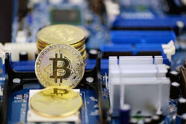 Złote Monety Kryptowalut Na Płytce Drukowanej Komputera Premium Zdjęcia