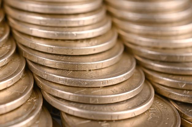Złote monety ułożone z bliska Premium Zdjęcia