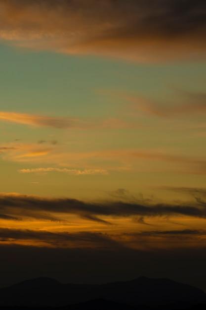 Złote Niebo Z Białymi Bawełnianymi Chmurami Darmowe Zdjęcia
