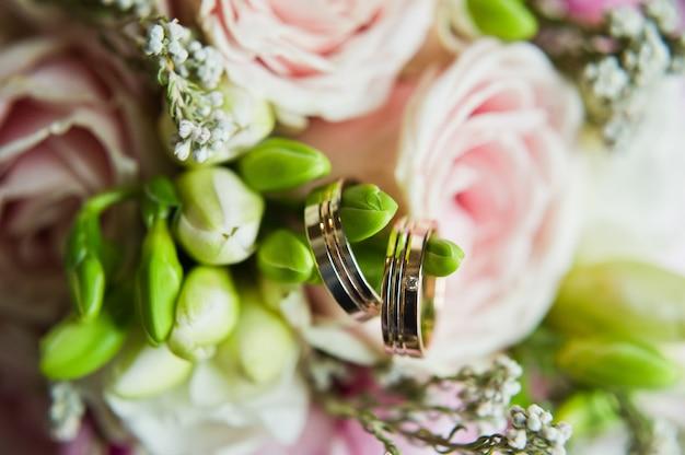 Złote obrączki ślubne, z bliska. Premium Zdjęcia
