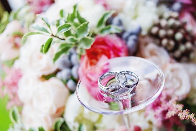 Złote obrączki ślubne z diamentami na szkle Premium Zdjęcia