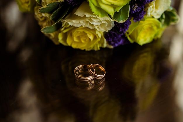 Złote obrączki ślubne. Premium Zdjęcia