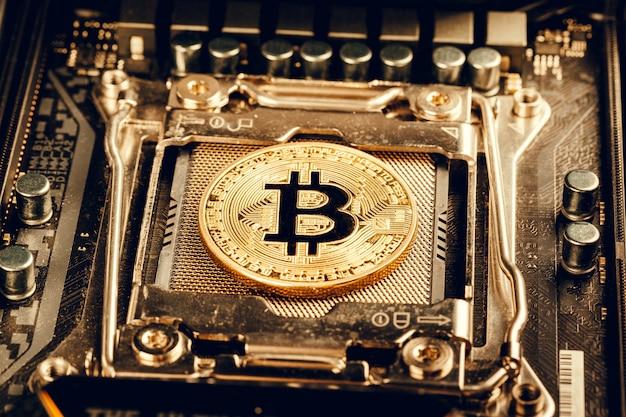Złoty bitcoin i układ komputerowy Premium Zdjęcia