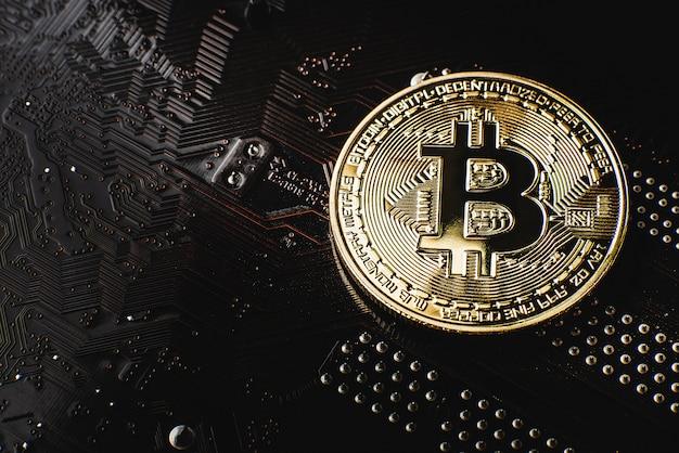 Złoty Bitcoin Na Płycie Głównej Premium Zdjęcia