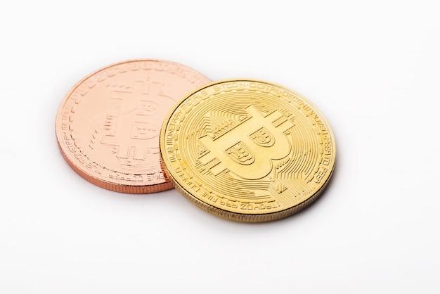 Złoty bitcoin w białym tle Premium Zdjęcia