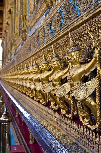 Złoty garuda przy wata phra keao świątynią w uroczystym pałac, bangkok tajlandia Premium Zdjęcia