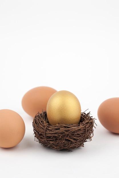 Złoty Jajko Na Białym Tle Premium Zdjęcia
