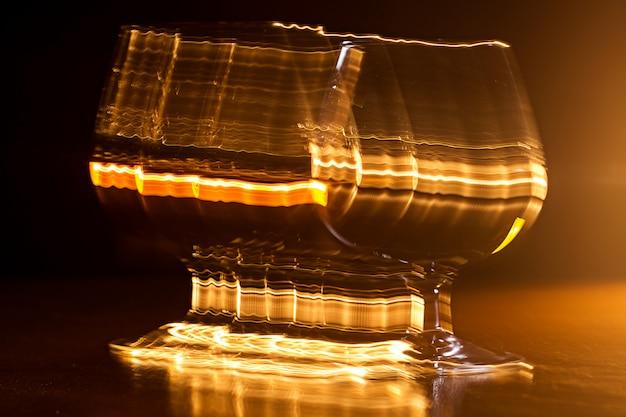 Złoty Kieliszek Whisky I żółte Linie Darmowe Zdjęcia