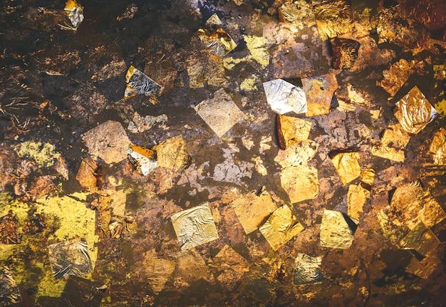 Złoty Liść Tekstury Tło Na Posągu Buddy W świątyni Premium Zdjęcia