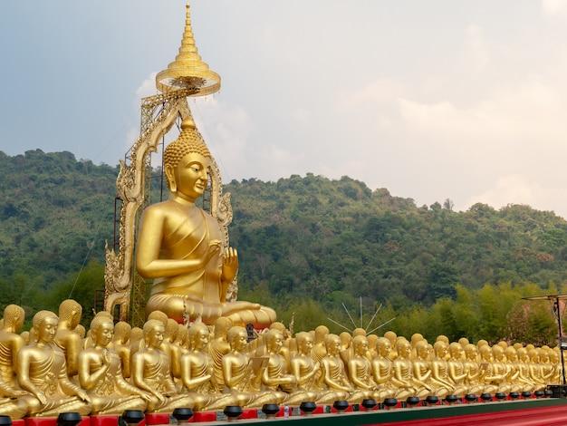 Złoty obraz buddy, symbol reprezentujący buddę buddystów. Premium Zdjęcia