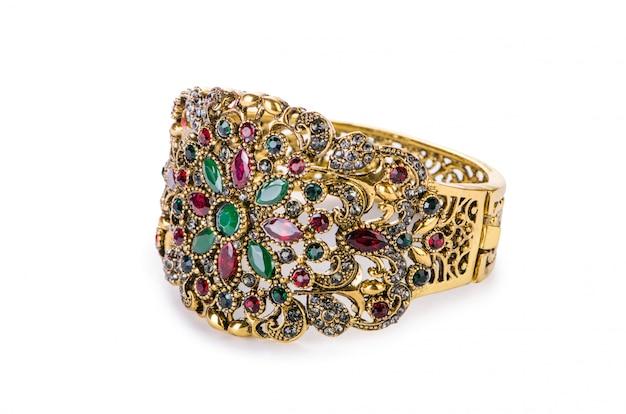 Złoty pierścionek z biżuterią na białym tle Premium Zdjęcia