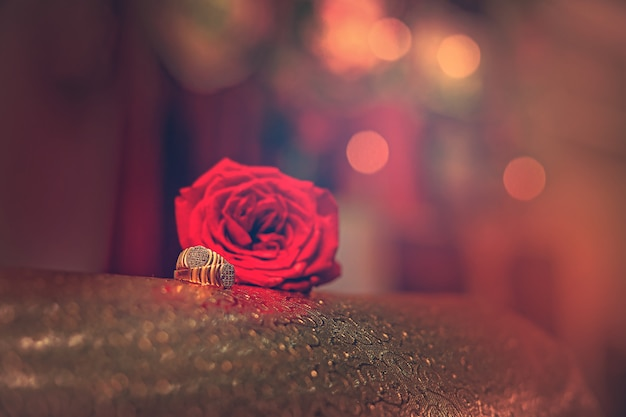 Złoty Pierścionek Zaręczynowy Z Czerwonym Kwiatem Róży Premium Zdjęcia