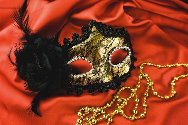 Złoty weneckie maski na czerwonym tkaniny Darmowe Zdjęcia