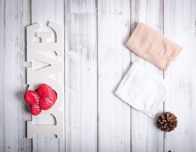 Złożone figi damskie, deska miłości, serca i szyszka Premium Zdjęcia