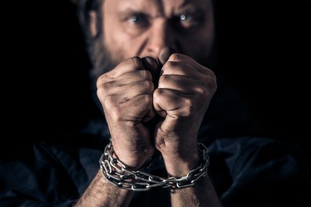 Zły Człowiek Wiązać łańcuchami Na Rękach Premium Zdjęcia