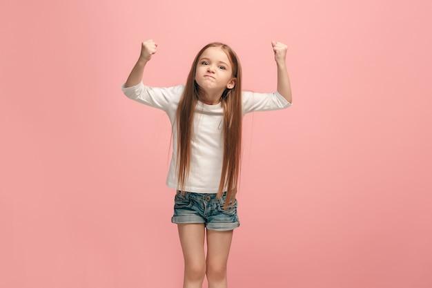 Zły Nastolatek Dziewczyny Stojącej Na Modnym Niebieskim Studio Darmowe Zdjęcia