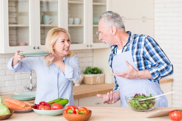 Zły Starszy Para Walczy Ze Sobą W Kuchni Darmowe Zdjęcia