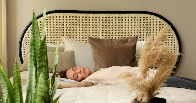 Zmęczona Kobieta Po Pracy. Upada Na łóżko. Miękki Materac. Spać Premium Zdjęcia