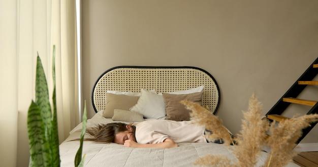 Zmęczona Kobieta Po Pracy. Upada Na łóżko Premium Zdjęcia