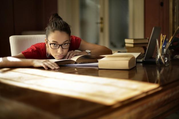 Zmęczona Młoda Kobieta Robi Pracę Domową W Domu Darmowe Zdjęcia