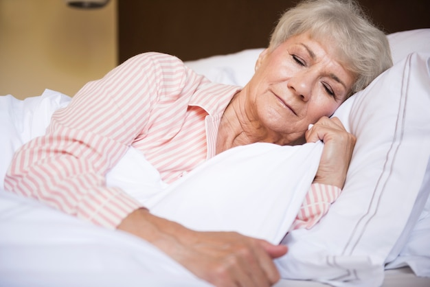 Zmęczona Starsza Kobieta W łóżku Darmowe Zdjęcia