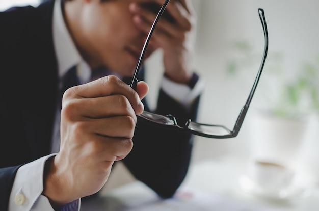 Zmęczony Azjatykci Młody Biznesmena Uczucie Stresujący Się I Zdejmujący Eyeglasses Czuje Zmęczenia Oka Zmęczenie Po Długiej Biurowej Pracy Premium Zdjęcia