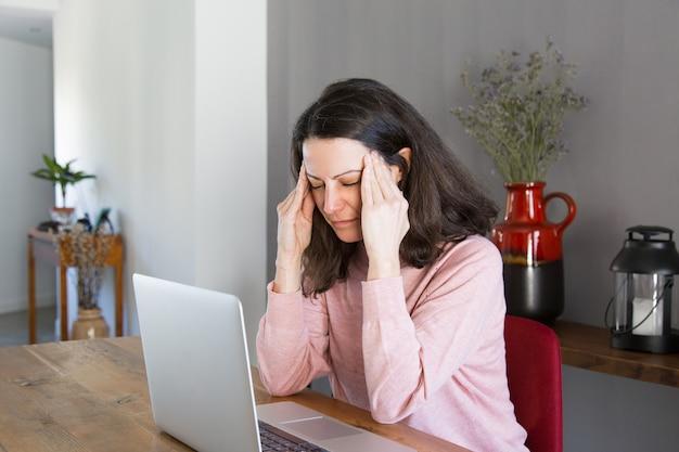Zmęczony freelancer cierpiący na ból głowy Darmowe Zdjęcia