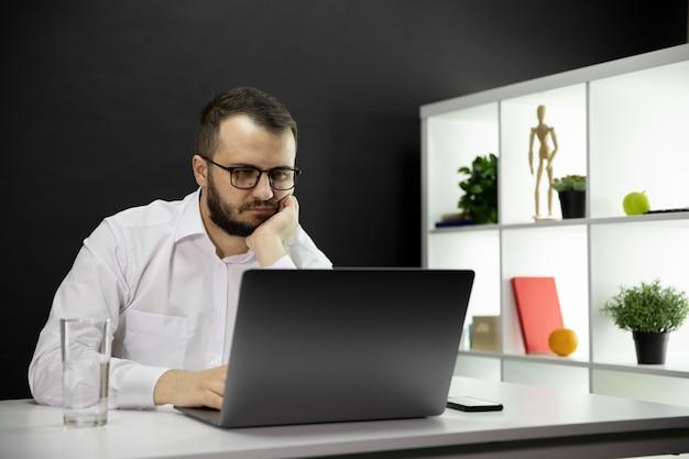 Zmęczony Freelancer Pracuje Przy Komputerze W Domowym Biurze, Emocjonalne, Fizyczne Wypalenie Zawodowe Premium Zdjęcia