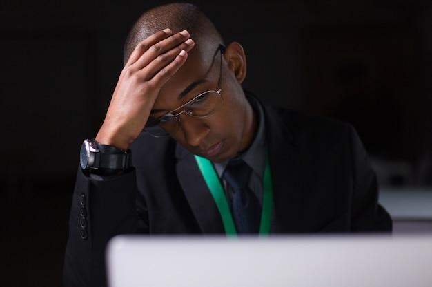 Zmęczony Kierownik Pracuje W Biurze Późno W Nocy Darmowe Zdjęcia