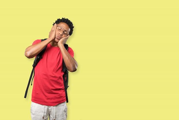 Zmęczony młody człowiek robi gest nudy Premium Zdjęcia