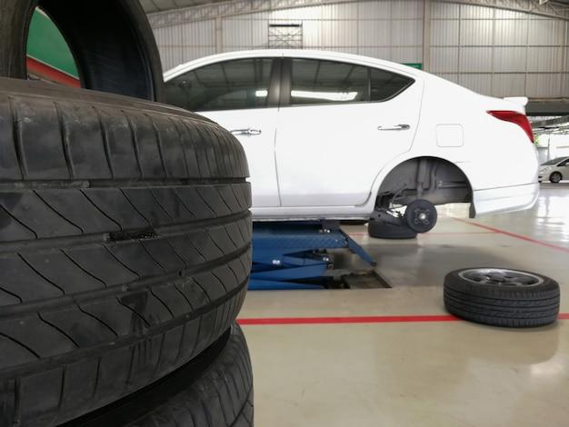 Zmiana Bezpieczeństwa Nowych Opon Lub Uszkodzenie Opon Samochodowych Premium Zdjęcia