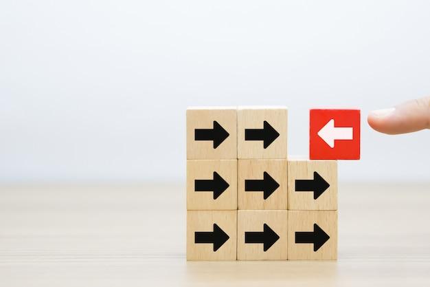 Zmiana grafiki sukcesu ikony na drewnianych klockach. Premium Zdjęcia