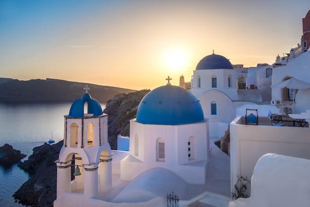 Zmierzch Nad Lokalnym Kościół W Oia, Santorini, Grecja Premium Zdjęcia